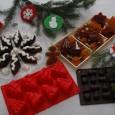 Pavoni Idea ci offre per questo Natale una serie di stampi per biscotti, dolcetti, gelatine e cioccolatini da fare invidia al Boss delle Torte. Gli stampi in silicone sono […]